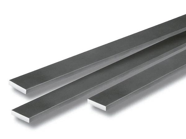 Três barras de aço no formato chato.