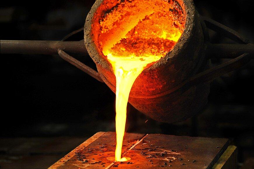 O primeiro processo na fabricação do aço é transformar o carvão e o minério de ferro em ferro-gusa.