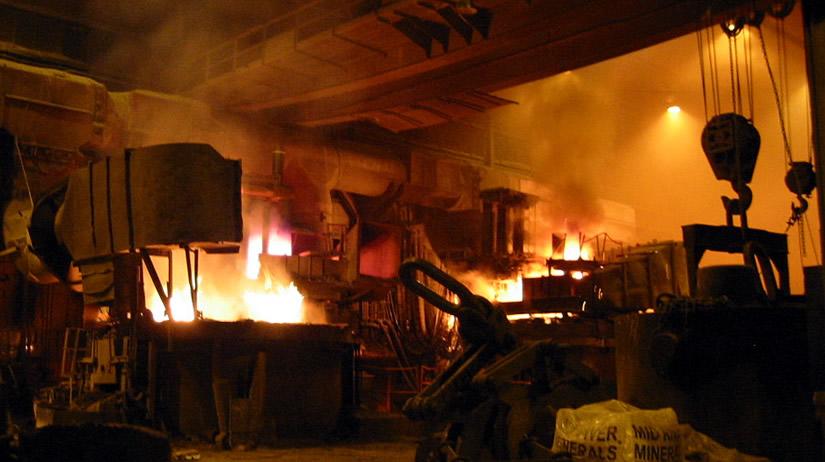 O aço é produzido a partir de minério de ferro ou sucata.