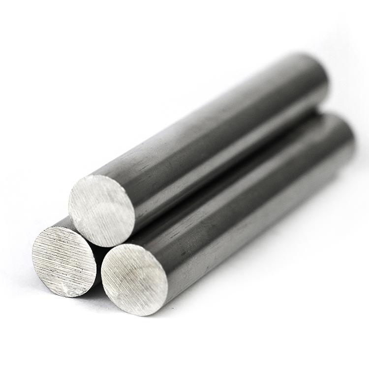 Três barras de aço 8620, uma liga utilizada para peças de construção mecânica.