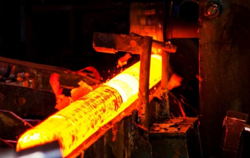 Aço passando pelo tratamento térmico de revenimento.