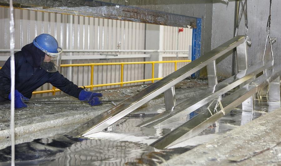 Aço passando pelo processo de galvanização para prevenir corrosão do aço.