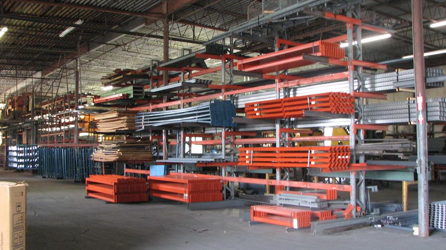 O sistema cantilever é uma das maneiras de fazer o armazenamento do aço de maneira correta.