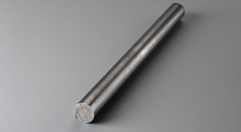 Barra de aço laminado a frio com acabamento liso.