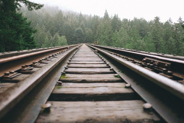 Trilhos de trem feitos de aço laminado a quente.