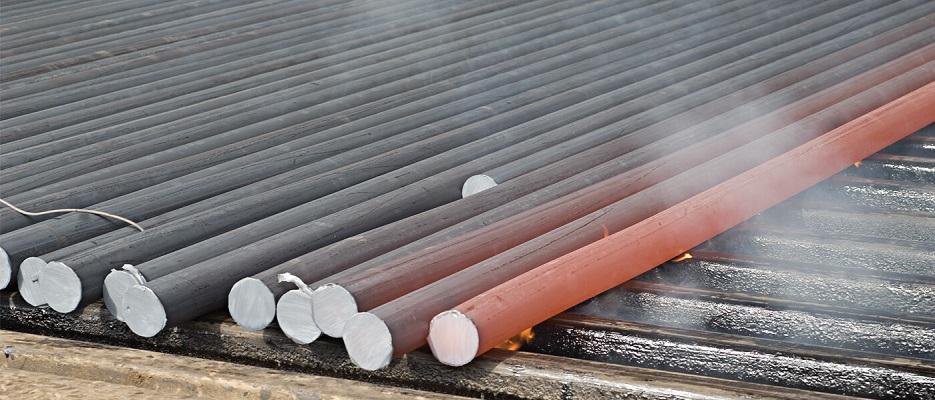 O aço laminado a quente possui bordas arredondadas e acabamento mais rugoso.