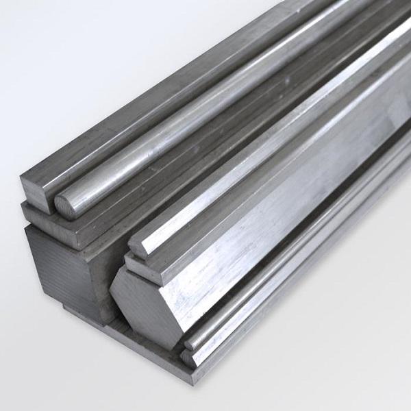 Diferentes formatos de barras de aço inox.
