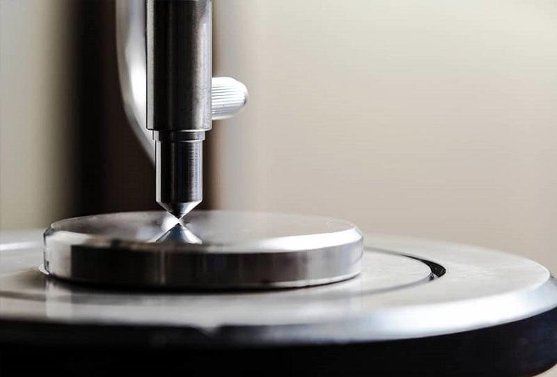 O ensaio de dureza Rockwell é o mais comumente utilizado em aços.