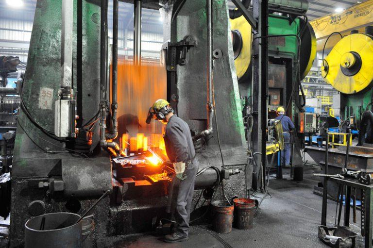 Trabalhador forjando aço nos dias atuais.