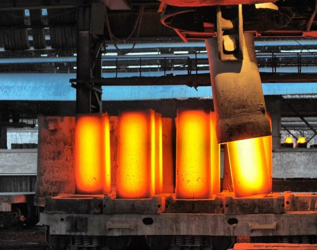 Aço inox em ponto de fusão, equilíbrio entre fase sólida e fase líquida.