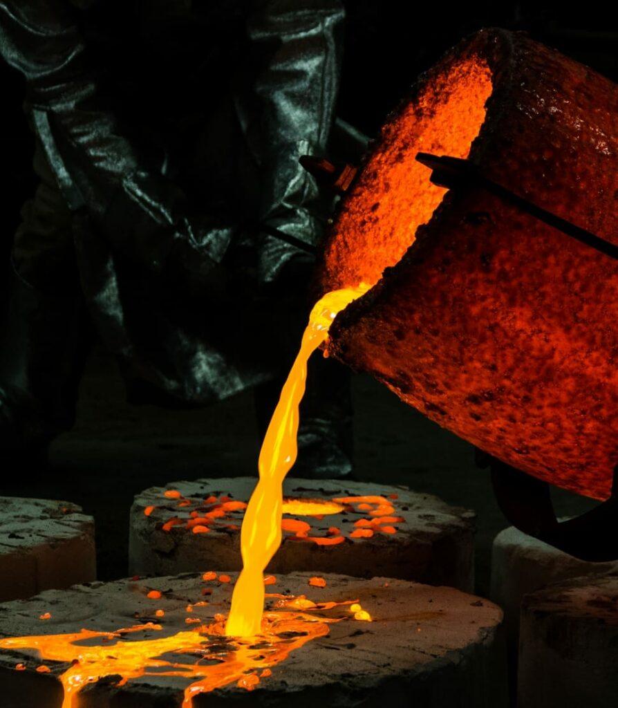 Metal em estado líquido após atingir ponto de fusão.