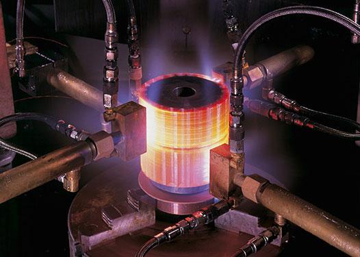 Existem diferentes tipos e meios para têmpera do aço.