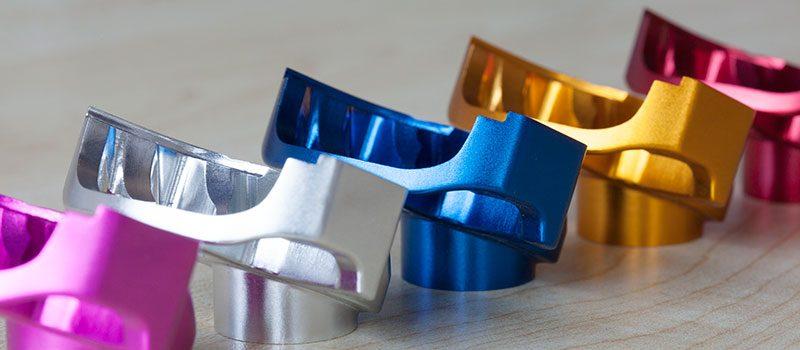 Na anodização de alumínio é possível escolher diferentes cores para as peças.