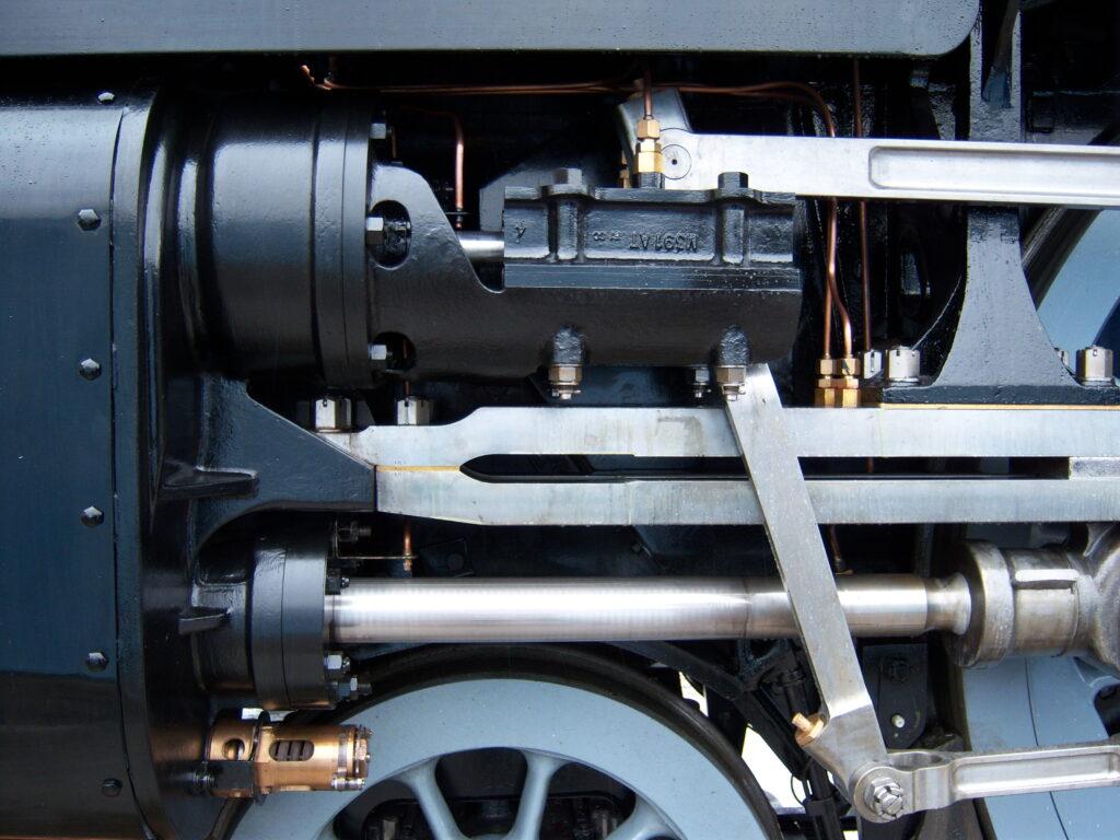 Cilindro de motor de locomotiva feito com aço resistente.