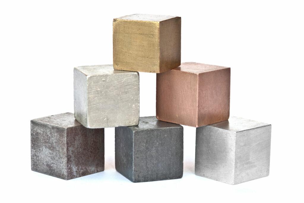 Alguns elementos de liga aprimoram a resistência do aço.