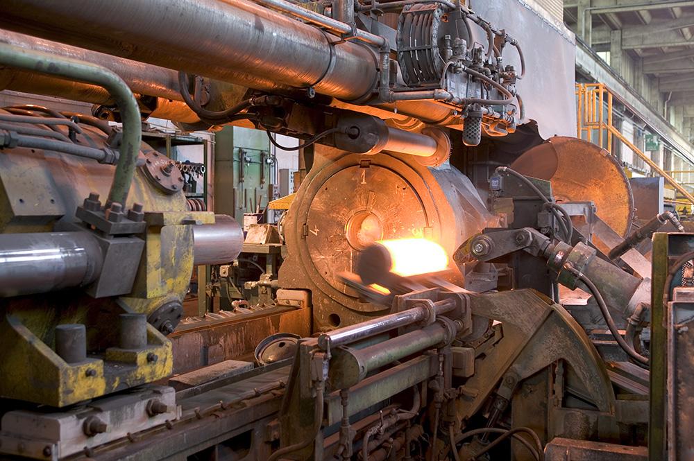 Processo de extrusão a quente do aço.