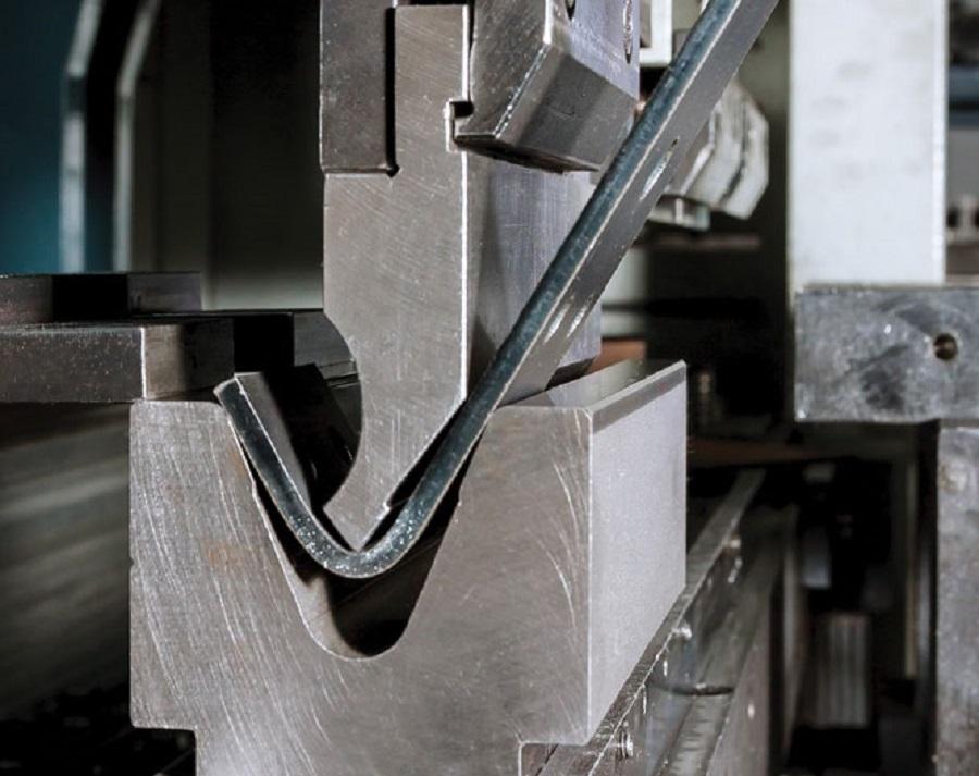 O uso da ferramenta de aço também pode causar trincas.