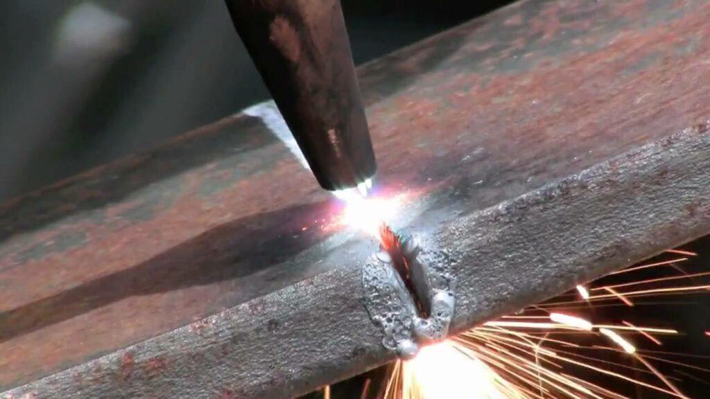 Aço sendo cortado.