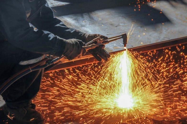 Corte de aço feito manualmente por trabalho a quente por profissional